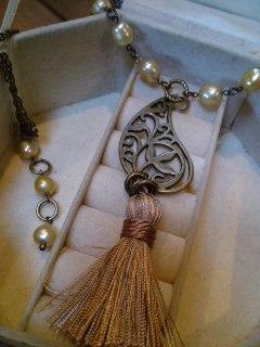 ペイズリーのふさふさのネックレス