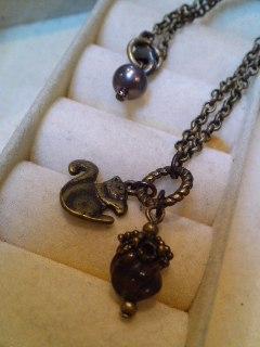 小さなリスのネックレス