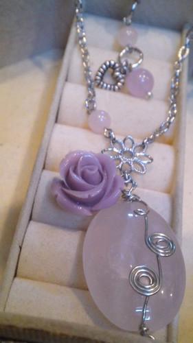 ピンクのバラのネックレス