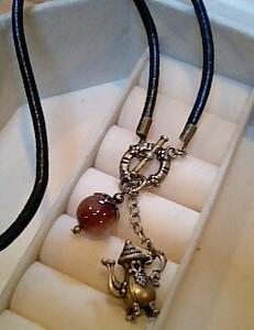 ポットと紅茶色の石のネックレス