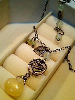 黄色いバラのネックレス